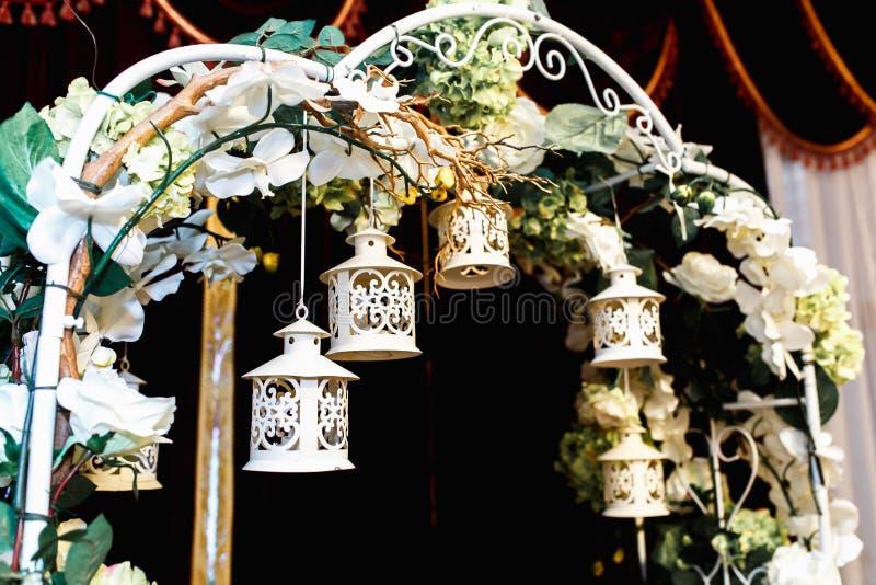 Det lyxiga bröllopaltaret dekorerade med vita rosor, grönska och li arkivfoton
