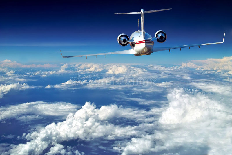Det lyxiga flygplan är ovanför härliga oklarheter. royaltyfria foton