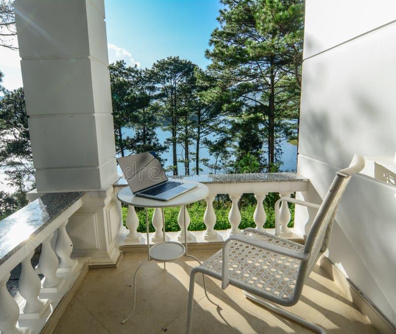 Det lyxiga sommarhuset med sörjer träd royaltyfri fotografi