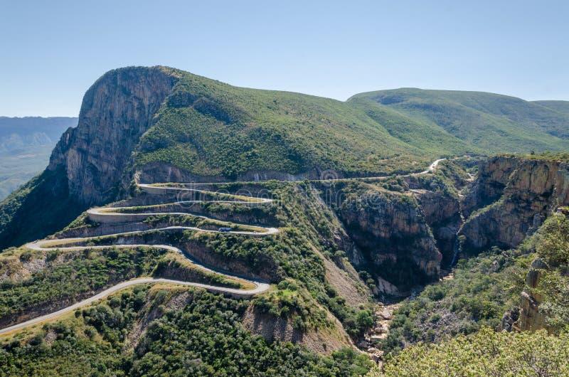 Det mäktiga Serra da Leba passerandet i Angola royaltyfri foto