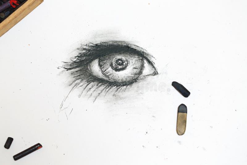 Det mänskliga ögat dras i kol på papper royaltyfri illustrationer