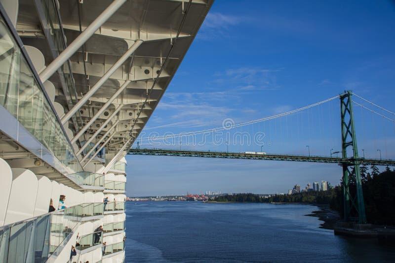 Det massiva kryssningskeppet att närma sig lejonportbron i Vancouver, British Columbia royaltyfria foton