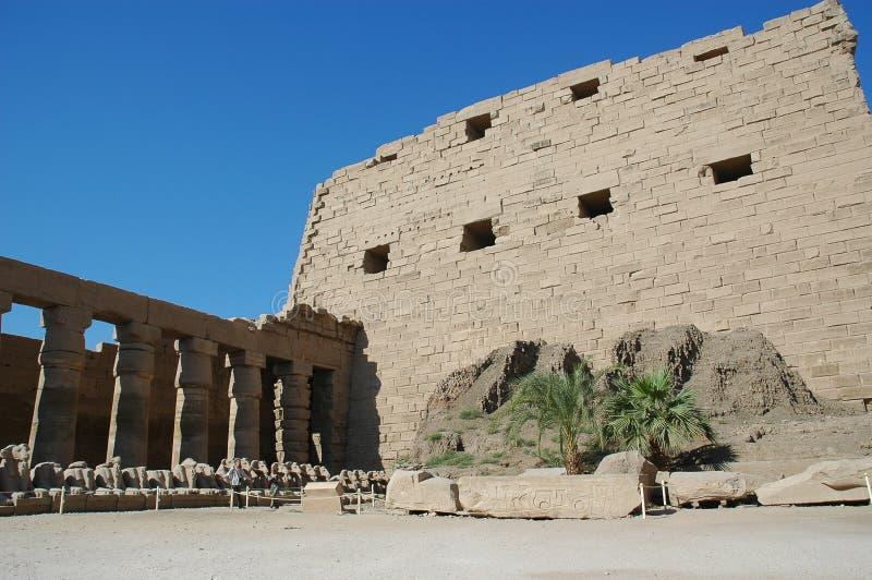 Det massiva tempelkomplexet av Karnak var den främsta religiösa mitten av denbeträffande guden arkivfoton