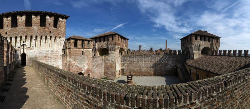 Det medeltida Slott-Soncino-Cremona-Italien-inom en perfekt bevarad medeltida slott, turist- dragning av byn av arkivfoto