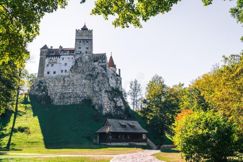 Det medeltida slottet av kli Loppet och semestern till Europa, turnerar härlig solig dag kopieringsutrymme Brasov Transylvania ro arkivbild