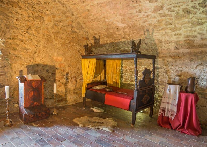 Det medeltida sovrummet i den Spissky slotten arkivbilder