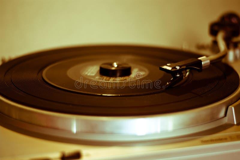 Det melankoliskt av gamla skivtallrikar och melodin av vinyl med en jazzsång royaltyfria foton