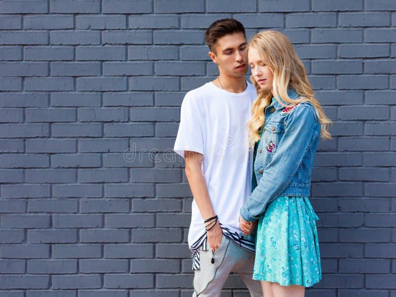 Det mellan skilda raser barnet kopplar ihop förälskat utomhus- Bedöva den sinnliga utomhus- ståenden av ungt stilfullt mode koppl royaltyfri foto