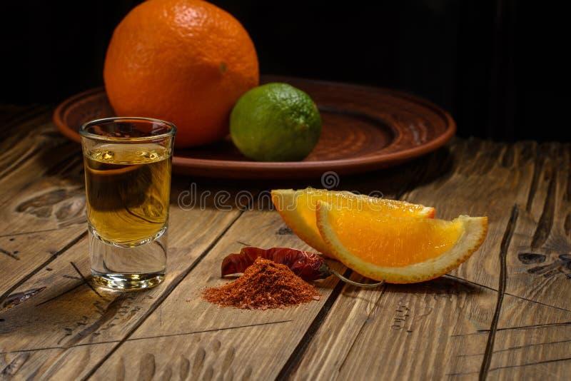 Det Mezcal skottet med apelsinskivor och avmaskar salt royaltyfri foto