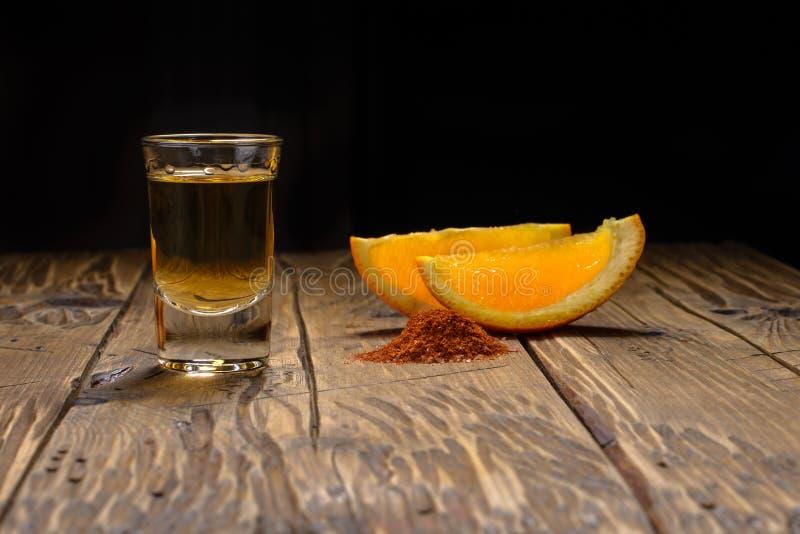 Det Mezcal skottet med apelsinskivor och avmaskar salt Mexicansk drink arkivfoto