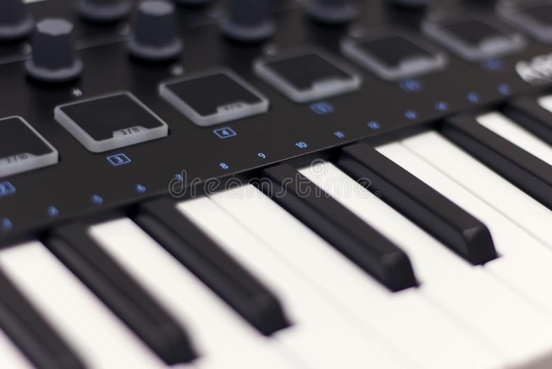 Det Midi tangentbordet är den vita närbilden Modern elektronisk musik, studioutrustning fotografering för bildbyråer