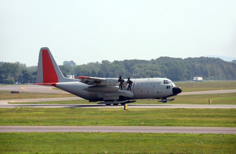 Det militära lastflygplan som utrustas med, skidar royaltyfri foto