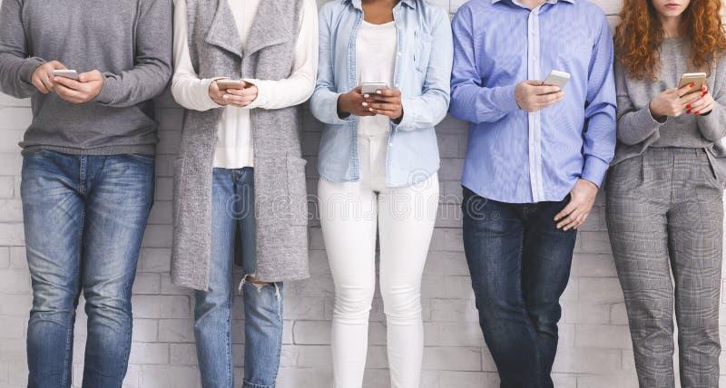 Det Millennial folket missbrukade till apps för ny tekniktrender royaltyfri foto