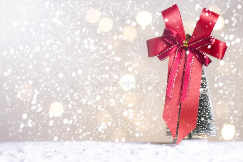 Det miniatyrjuljultomtencros och trädet på snö över suddig bokehbakgrund, garneringbilden för jul semestrar och lyckligt nytt arkivbild