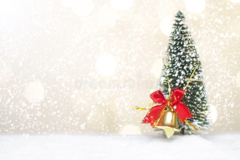 Det miniatyrjuljultomtencros och trädet på snö över suddig bokehbakgrund, garneringbilden för jul semestrar och lyckligt nytt royaltyfri foto