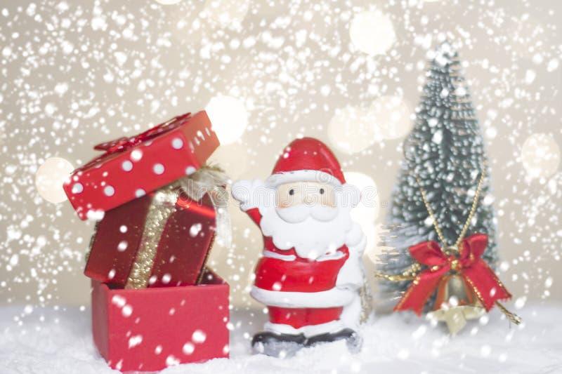 Det miniatyrjuljultomtencros och trädet på snö över suddig bokehbakgrund, garneringbilden för jul semestrar och lyckligt nytt arkivbilder