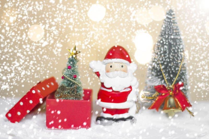 Det miniatyrjuljultomtencros och trädet på snö över suddig bokehbakgrund, garneringbilden för jul semestrar och lyckligt nytt royaltyfri bild