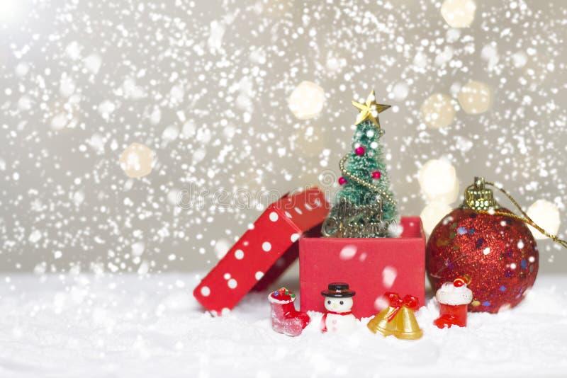 Det miniatyrjuljultomtencros och trädet på snö över suddig bokehbakgrund, garneringbilden för jul semestrar och lyckligt nytt royaltyfria foton