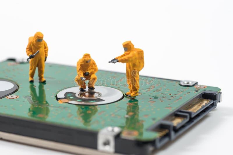Det miniatyrtekniska laget övervakar föroreningar i hård dis arkivfoton