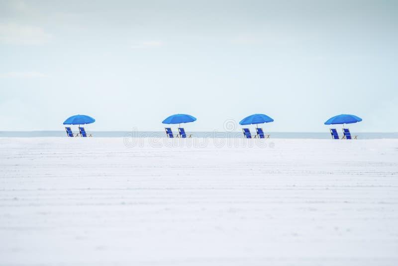 Det minimalistic idealistiska landskapet av stranden arkivfoto