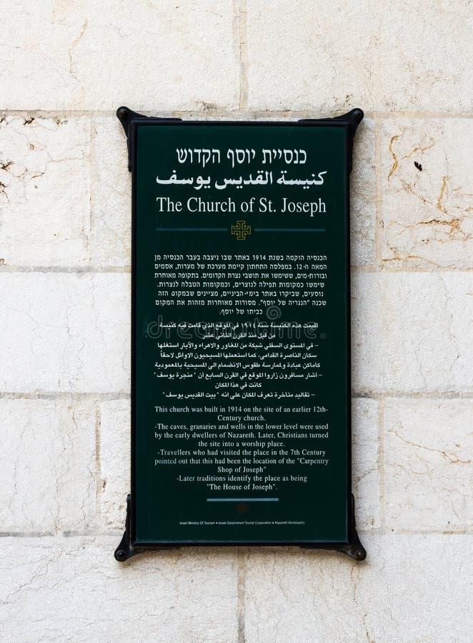 Det minnes- granitbrädet med inskrifter i hebré, arabiskan och engelska på den St Joseph `en s kyrktar väggen i den gamla staden  arkivfoto