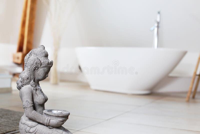 Det moderna badrummet med det fristående badet badar royaltyfria foton