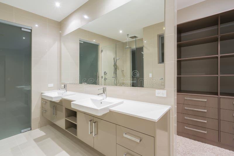 Det moderna badrummet med går i ämbetsdräkt fotografering för bildbyråer