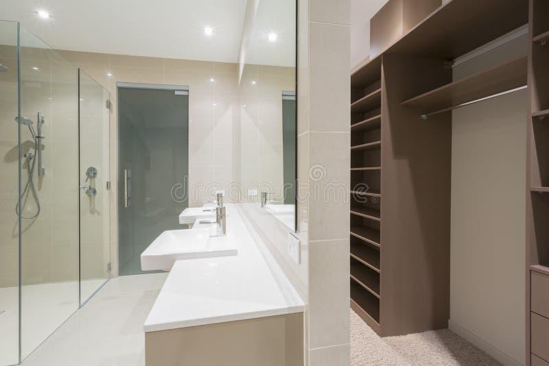 Det moderna badrummet med går i ämbetsdräkt royaltyfri foto