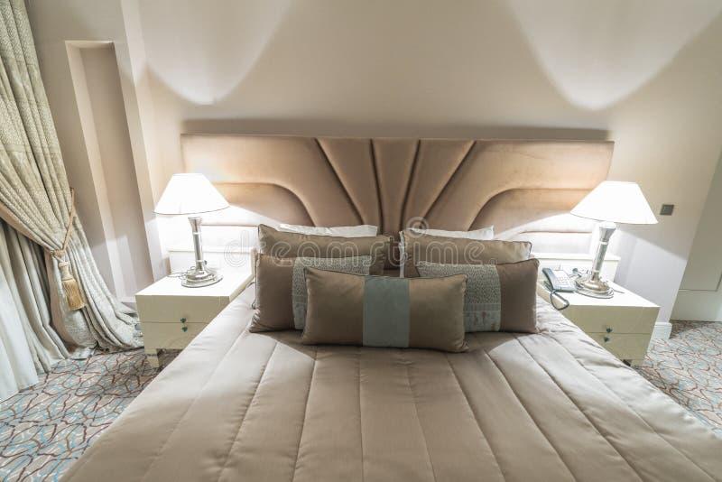 Det moderna hotellrummet med stor säng arkivbild