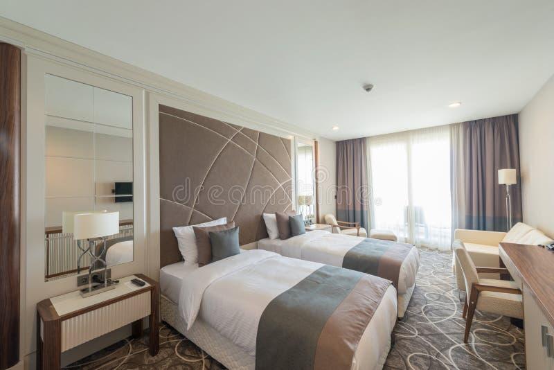 Det moderna hotellrummet med stor säng arkivfoton