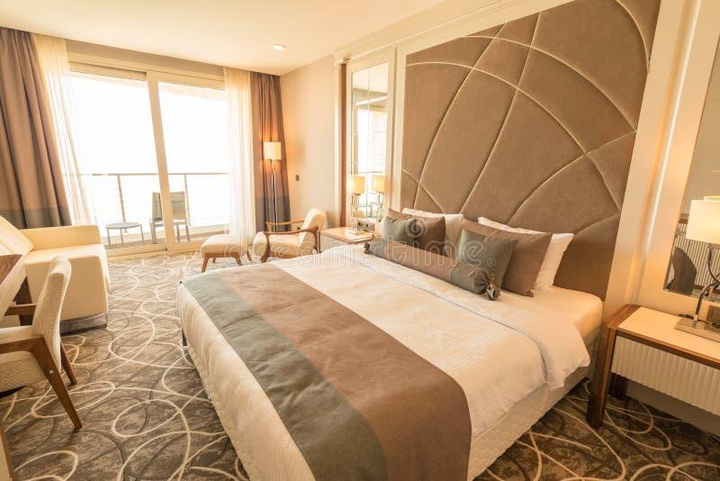 Det moderna hotellrummet med stor säng arkivbilder