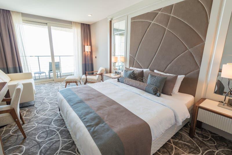 Det moderna hotellrummet med stor säng royaltyfria bilder