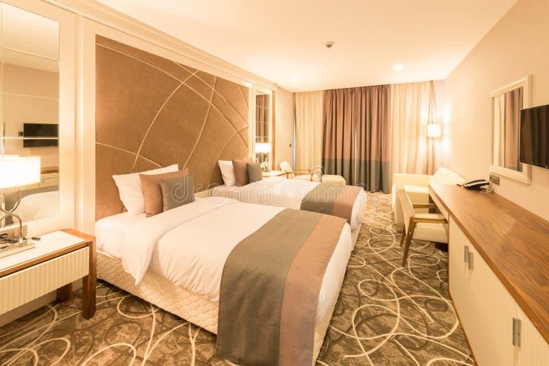 Det moderna hotellrummet med stor säng royaltyfri fotografi