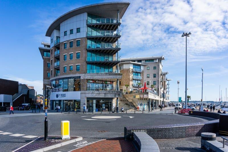 Det moderna kvarteret av lyx sänker på havsframdelen på den Poole hamnen i Dorset, UK arkivbilder