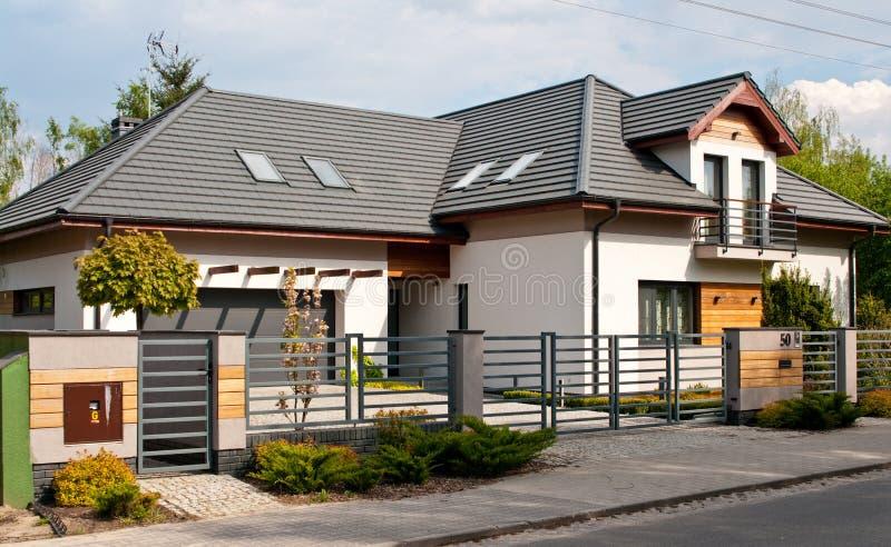 Det moderna privata huset med horisontalstånggrå färger stålsätter staketet royaltyfri fotografi