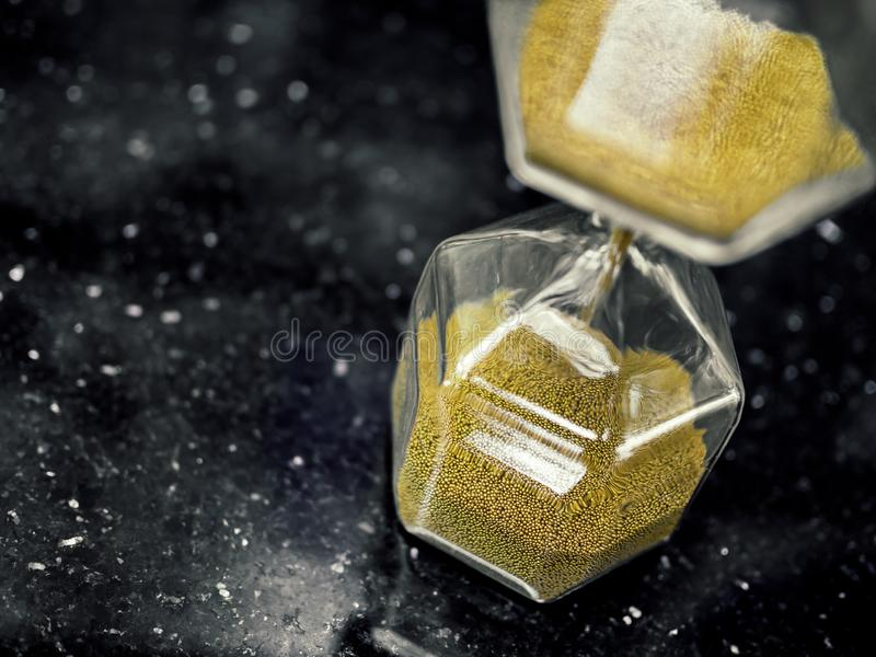 Det moderna sexhörningstimglaset med guld- sand kärnar ur royaltyfria bilder