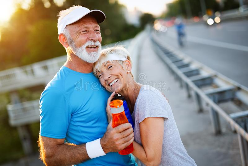 Det mogna paret gör sporten utomhus sund livsstil för begrepp arkivbild