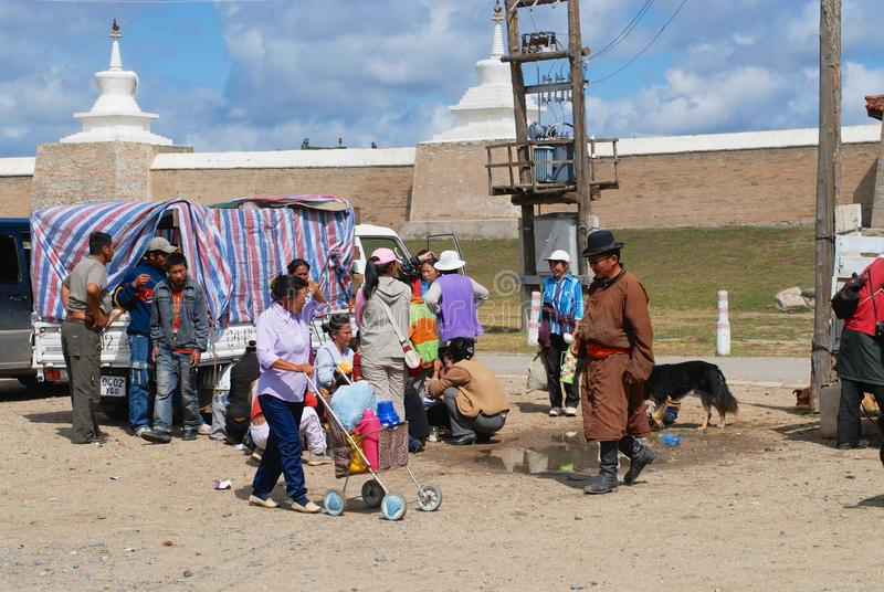 Det mongoliska folket har picknicken utanför Erdene Zuu i Kharkhorin, Mongoliet arkivbilder
