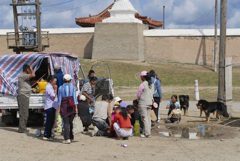 Det mongoliska folket har picknicken utanför Erdene Zuu i Kharkhorin, Mongoliet fotografering för bildbyråer