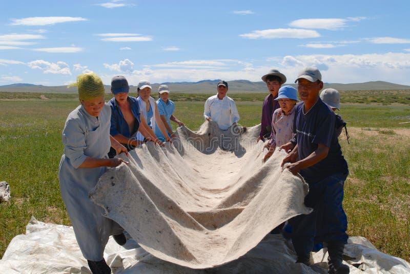 Det mongoliska folket producerar filt i Harhorin, Mongoliet arkivbild