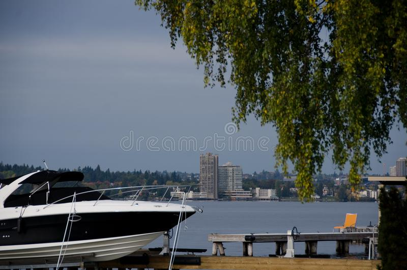 Det motoriska fartyget och apelsinstrandstol nära Washington sjöbränning fodrar arkivbilder