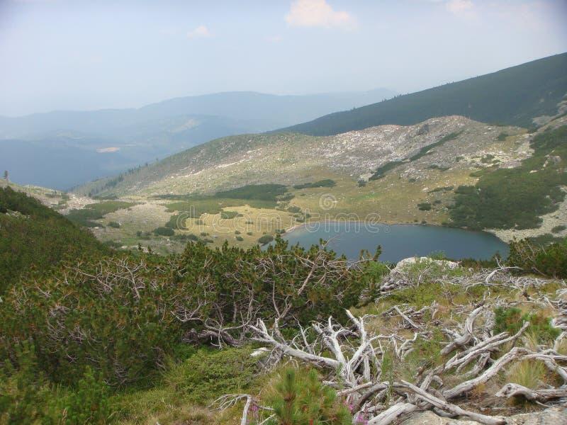 Det Moutain landskapet med en liten sjö av det naturligt parkerar av Rila i Bulgarien royaltyfri fotografi