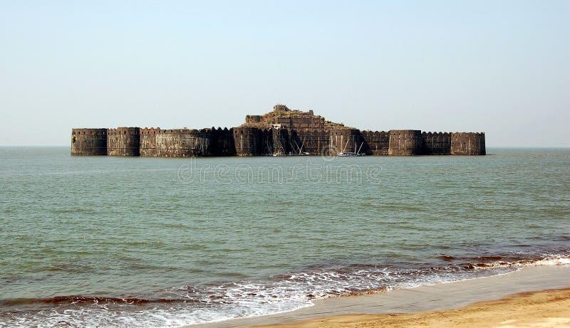 Det Murud-Janjira fortet som placeras på oval-formad, vaggar av den Arabian Sea kusten nära portstaden av Murad, 165 km eller 103 royaltyfri fotografi