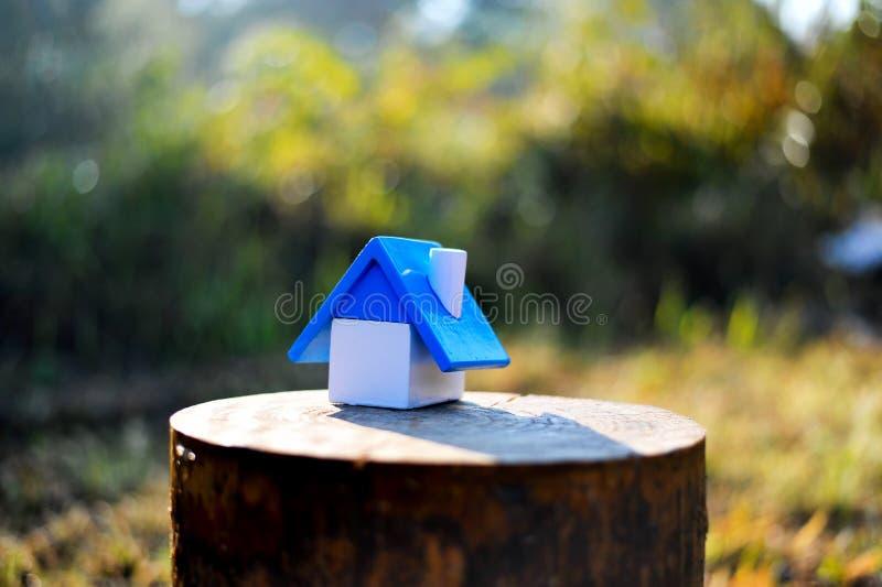 Det mycket lilla huset i det pålagda trä för skog loggar in vinter det litet arkivfoton