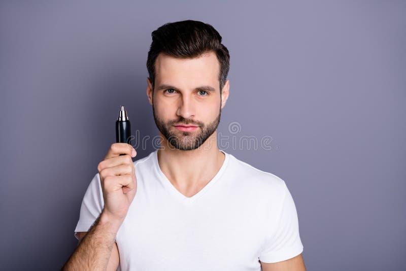 Det nära övre fotoet som förbluffar tar han bort honom hans krimskrams för handen för armen för hållen klara för den macho köpköp royaltyfri fotografi