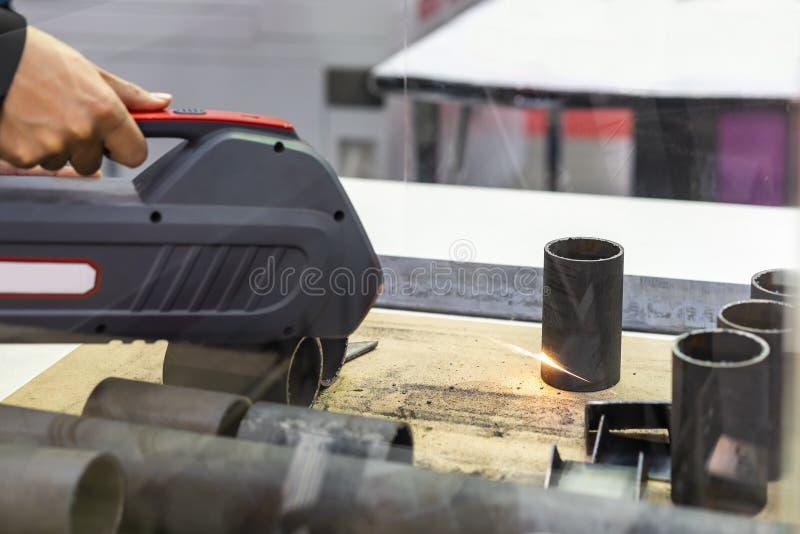 Det nära övre röret för arbetsstyckstål under rost eller smuts tar bort förbi den tekniskt avancerade laserstrålelokalvårdmaskine arkivbild