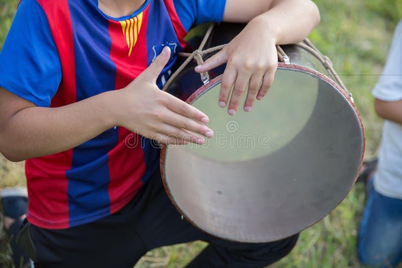 Det nationella instrumentet av den Azerbajdzjan nagaraen barn i nationella dräkter att spela valsar Ungt azeri spela för grabbar fotografering för bildbyråer