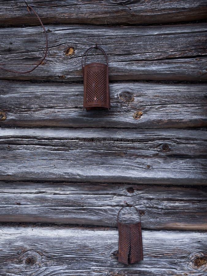 Det naturliga åldriga gamla rostade rivjärnet på träväggen arkivbild