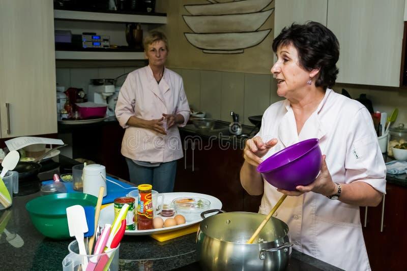 Det Nestle bottenläget saltar laga mat grupp arkivfoto