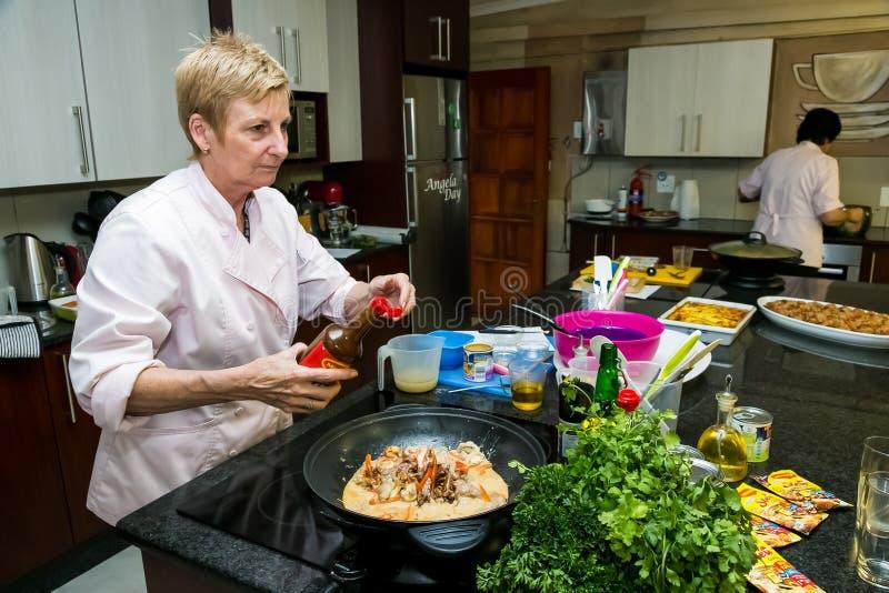 Det Nestle bottenläget saltar laga mat grupp royaltyfri bild